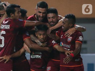 Gelandang Borneo FC, M. Sihran H. Amarullah (90) merayakan gol pertama tim bersama rekannya dalam laga pekan pertama BRI Liga 1 2021/2022 melawan Persebaya Surabaya di Stadion Wibawa Mukti, Cikarang, Sabtu (4/9/2021). Borneo FC menang 3-1 atas Persebaya Surabaya. (Bola.com/Bagaskara Lazuardi)