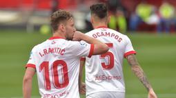 Gelandang Sevilla, Ivan Rakitic (kiri) membuka keunggulan 1-0 atas Granada melalui gol dari eksekusi penalti pada menit ke-16. (AFP/Cristina Quicler)