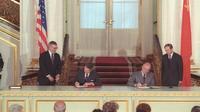 Penandatanganan Traktat Senjata Nuklir Jarak Menengah (INF) antara Presiden AS Ronald Reagan dan Pemimpin Uni Soviet Mikhail Gorbachev pada Desember 1987 atau lima bulan jelang KTT Moskow (Wikimedia / Creative Commons)