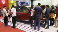 Sejumlah pengunjung memadati booth Wuling Motors dan untuk mendapatkan informasi dari para sales yang berjaga di Jakarta Fair 2017. (Herdi Muhardi)