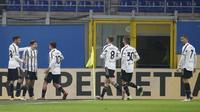 Penyerang Juventus, Federico Chiesa (kedua kiri) berselebrasi dengan rekan-rekannya usai mencetak gol ke gawang AC Milan pada lanjutan Liga Serie A Italia melawan AC Milan di stadion San Siro, Rabu (7/1/2021). Chiesa mencetak dua gol dipertandingan ini. (AP Photo/Antonio Calanni)