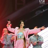 Penyanyi asal Inggris, Dua Lipa tampil di Konser Lazada Super Party di ICE BSD, Serpong, Tangerang Selatan, Banten, Selasa (26/3/2019). Penyanyi pemenang Grammy dan Brit Award ini membawakan lagu One Kiss, Lost In Your Light hingga Scared To Be Lonely. (Fimela.com/Bambang E. Ros)