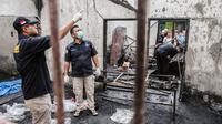 Tim penyelidik bekerja di lokasi kebakaran pabrik korek gas di Binjai, Langkat, Sumatera Utara, (21/6/2019). Kebakaran terjadi terjadi sekitar pukul 12.00 WIB diawali suara ledakan dari sekitar lokasi kejadian. (Ivan Damanik/AFP)