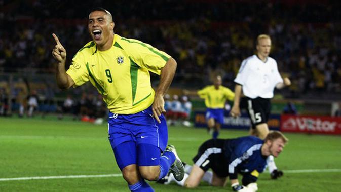 Ronaldo saat membela Timnas Brasil di Piala Dunia 2002. (Bola.com/Dok. FIFA)