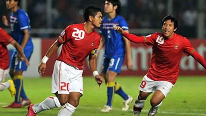 Para pemain Timnas Indonesia merayakan gol yang dilesakkan Bambang Pamungkas (tengah) saat bertemu Thailand dalam partai penutup Grup A Piala AFF 2010 di Jakarta, 7 Desember 2010. AFP PHOTO/Bay ISMOYO