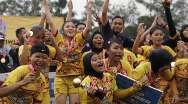 Para pemain Sumatra Selatan merayakan gelar juara Piala Pertiwi setelah mengalahkan Bangka Belitung pada laga final di NYTC Sawangan, Depok, Jumat (3/5). Sumsel menang 2-1 atas Babel. (Bola.com/Vitalis Yogi Trisna)
