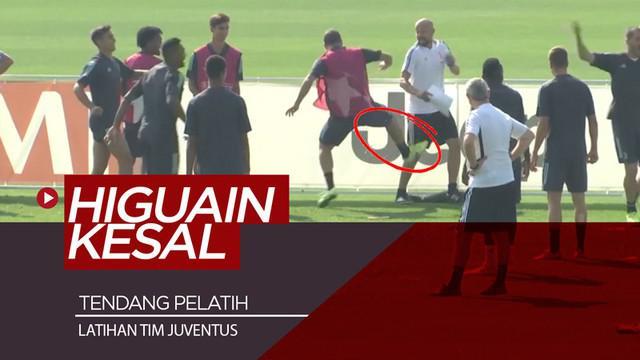 Berita video momen striker Gonzalo Higuain kesal dan menendang salah satu pelatih tim utama Juventus saat latihan.