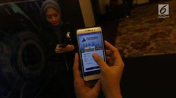Model menunjukkan aplikasi mobile SIPerdana usai di luncurkan di Jakarta, Rabu (28/3). Aplikasi ini dapat menyajikan informasi saldo dan status kepesertaan secara real time 24 jam sehari 7 hari seminggu. (Liputan6.com/Angga Yuniar)
