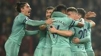 Para pemain Arsenal merayakan gol yang dicetak Shkodran Mustafi ke gawang manchester United pada laga Premier League di Stadion Old Trafford, Manchester, Rabu (5/12). Kedua klub bermain imbang 2-2. (AFP/Oli Scarff)