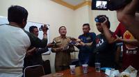 Sekertaris DPRD Bangkalan Setiadjit saat diwawancara wartawan soal eksekusi Ketua Komisi A Kasmu (Liputan6.com/Musthofa Aldo)