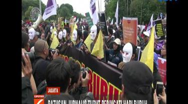 Dengan memakai topeng serta membawa spanduk para pekerja media ini menyuarakan perjuangan buruh termasuk kaum pekerja media.