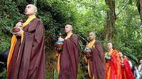 Sejumlah Bhiksu berjalan membawa air berkah untuk diberkati dalam rangkaian peringatan Trisuci Waisak 2554 BE/2010 di mata air Umbul Jumprit, Ngadirejo, Temangung, Jateng.(Antara)