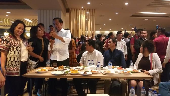 Presiden Jokowi makan siang di Mal Grand Indonesia, Sabtu (20/4/2019). (Merdeka.com/Intan Umbari)