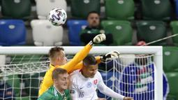 Kiper Slovakia Marek Rodak (tengah) meninju bola saat menghadapi Irlandia Utara pada pertandingan playoff babak semifinal Euro 2020 di Windsor Park, Belfast, Irlandia Utara, Kamis (12/11/2020). Slovakia merebut tiket ke Euro 2020 usai mengalahkan Irlandia Utara 2-1. (AP Photo/Peter Morrison)