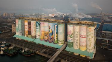 Sebuah mural luar ruangan raksasa yang ditampilkan pada silo gandum di kota pelabuhan Incheon, Seoul, Korea Selatan, Rabu (19/12). Museum Guinness World Records menobatkan karya tersebut sebagai mural luar ruangan terbesar di dunia. (Ed JONES/AFP)