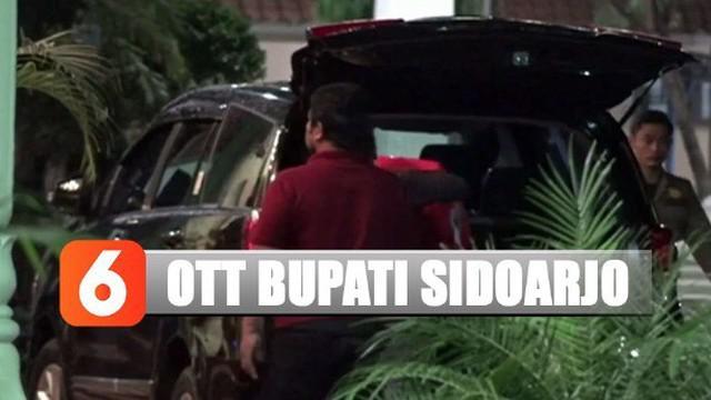 Sebanyak tiga mobil keluar dari Komplek Pendopo dengan membawa berbagai berkas dan sejumlah dokumen pada Minggu dini hari.