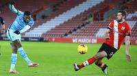 Pemain Liverpool Georginio Wijnaldum (kiri) melakukan tembakan ke gawang saat pemain Southampton Jack Stephens berusaha membloknya pada pertandingan Liga Inggris di St Mary's Stadium, Southampton, Inggris, Senin (4/1/2021). Southampton menang 1-0 atas Liverpool. (AP Photo/Adam Davy,Pool)