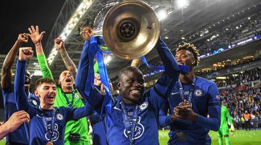 N'Golo Kante dinobatkan sebagai Gelandang terbaik di Liga Champions 2020/2021. Kontribusinya di lini tengah berhasil mengantarkan Chelsea sebagai juara Liga Champions musim itu. Kante berhasil mengoleksi 263 poin dari pemungutan suara tersebut. (Foto: AFP/Pool/David Ramos)