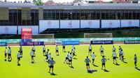 Para pemain Spanyol menghadiri sesi latihan tim di Las Rozas, Madrid, Spanyol, Senin (5/7/2021). Spanyol akan bermain melawan Italia pada pertandiangan semifinal Euro 2020. (AP Photo/Manu Fernandez)