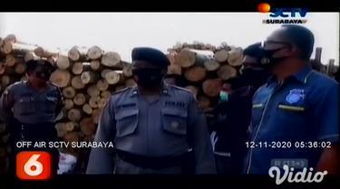 Dalam video amatir yang direkam karyawan pabrik, si jago merah melalap pabrik kayu triplek, PT Admira di Desa Bibis, Kecamatan Sukomoro, Kabupaten Magetan, Jawa Timur.