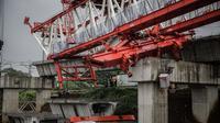 Crane proyek kereta api jatuh di Jatinegara.