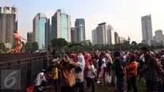Artis Lilis Bintang Pantura menghibur Penonton  yang menyaksikan Pagelaran musik dangdut marawis Betawi di ex Driving Golf Gelora Bung Karno, Senayan, Jakarta, Sabtu (15/4). (Liputan6.com/Johan Tallo)