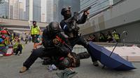 Polisi menahan demonstran selama demonstrasi di Hong Kong, Minggu (29/9/2019). Bentrokan antara demonstran dengan polisi di Hong Kong kian panas jelang hari ulang tahun (HUT) China pada 1 Oktober. (AP Photo/Kin Cheung)