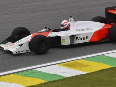 Pembalap McLaren, Aryton Senna pernah medapatkan bendera hitam kala berlaga di kandangnya sendiri, GP Brazil tahun 1988. Penyebabnya karena mobilnya mengalami kegagalan mesin dan ia terpakas menggunakan mobil cadangan saat bendera hijau mulai dikibarkan. (Foto: AFP/Nelson Almeida)