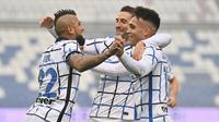 Pemain Inter Milan, Massimo Gagliardini, melakukan selebrasi bersama Lautaro Martinez dan Arturo Vidal usai mencetak gol ke gawang Sassuolo pada laga Liga Italia di Stadion Mapei, Sabtu (28/11/2020). Inter Milan menang dengan skor 3-0. (Massimo Paolone/LaPresse via AP)
