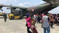 Pengungsi Wamena yang dievakuasi dengan pesawat Hercules ke Jayapura. (Liputan6.com/Katharina Janur)