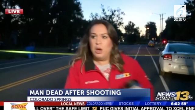 Seorang reporter nyaris ditabrak mobil saat tengah siaran langsung di Colorado. Beruntung ia tidak mengalami cedera apapun.