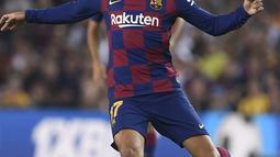 Penyerang Barcelona, Antoine Griezmann menggiring bola saat bertanding melawan Real Betis pada pertandingan La Liga Spanyol di stadion Camp Nou (25/8/2019). Griezmann mencetak dua gol di pertandingan ini dan mengantar Barcelona menang 5-2 atas Betis. (AFP Photo/Josep Lago)