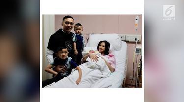 Aliya Rajasa melahirkan anak ketiga. Bayi berjenis kelamin perempuan itu diberi nama Gayatri Idalia Yudhoyono.