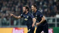 Gelandang Manchester United, Juan Mata (kiri) melakukan selebrasi usai mencetak gol ke gawang Juventus, pada Matchday 4 Grup H Liga Champions, Kamis (8/11/2018) dini hari WIB. MU unggul 2-1.  (AFP / Isabella Bonotto)