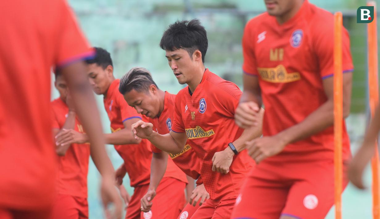 Renshi Yamaguchi (dua kanan) sebelumnya berseragam klub Lampang FC, tim yang bermain di kasta kedua Liga Thailand. Rensi diproyeksikan pelatih Eduardo Almeida di lini tengah sebagai gelandang. (Foto Bola.com/Iwan Setiawan)