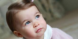 Tepat setahun yang lalu, putri kecil kedua pasangan Kate Middleton dan Pangeran William tengah merayakan hari ulang tahun. Kini, usia Princess Charlotte menginjak 1 tahun. (viainstagram@kensingtonroyal/Bintang.com)