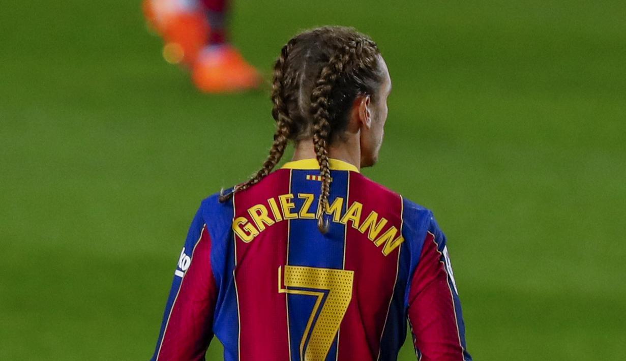 Penyerang Barcelona, Antoine Griezmann dengan gaya rambut kepand duanya saat berhadapan dengan Real Sociedad pada pertandingan lanjutan La Liga Spanyol di stadion Camp Nou di Barcelona, Spanyol, Kamis (17/12/2020). Barcelona menang atas Sociedad 2-1. (AP Photo/Joan Monfort)