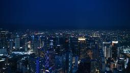 Pemandangan malam Kuala Lumpur secara umum, seperti yang terlihat dari Menara KL (13/10/2020). Malaysia mengumumkan pembatasan baru di sekitar ibu kota dan negara bagian Sabah yang paling parah terkena dampaknya. (AFP/Mohd Rasfan)