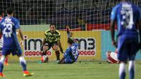 Zulham Zamrun gagal mencetak gol ke gawang Persija Jakarta yang dikawal Andritany pada laga Torabika SC 2016 di Stadion GBLA, Bandung, Sabtu (16/7/2016). (Bola.com/Nicklas Hanoatubun)