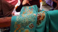 Tradisi membatik di Palembang menggunakan malam atau lilin semakin tergerus zaman. (Liputan6.com/Nefri Inge)