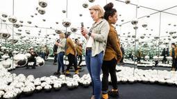 Para pengunjung berswafoto dalam instalasi seni 'Infinity Mirror Room' karya seniman Jepang Yayoi Kusama di Museum Wndr, Chicago, Amerika Serikat, Minggu (23/2/2020). Museum Wndr menjadi tempat bagi pengunjung untuk menemukan sesuatu yang kreatif dan tak terduga. (Xinhua/Joel Lerner)