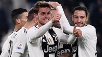 Bek Juventus, Daniele Rugani berselebrasi dengan Mattia De Scigliodan rekan setimnya  setelah mencetak gol ke gawang Chievo pada laga pekan ke-20 Serie A di Allianz Stadium, Senin (21/1). Juventus menang 3-0 saat menjamu  Chievo. (Marco BERTORELLO/AFP)