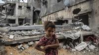 Warga Palestina Rahaf Nuseir (10) melihat saat berdiri di depan rumah keluarganya yang hancur di kota Beit Hanoun, Jalur Gaza, Jumat (21/5/2021). Israel dan Hamas telah sepakat untuk gencatan senjata setelah 11 hari pertempuran. (AP Photo/ Khalil Hamra)