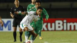 Striker Persebaya Surabaya, Marselino Ferdinan (depan) dibayangi gelandang PS Sleman, Wahyu Sukarta dalam laga Grup C Piala Menpora 2021 di Stadion Si Jalak Harupat, Bandung, Rabu (7/4/2021). (Bola.com/Ikhwan Yanuar)