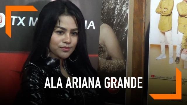 Lia Callia memperkenalkan single terbarunya berjudul 'Bye Bye Sayang'. Dalam video klip, pemilik Goyang Pecut ini tampil ala Ariana Grande.