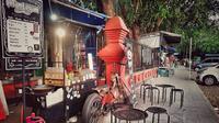 Kedai Kopi Hitam Legam Cirebon mengaku punya cara tersendiri untuk berhemat dalam pengelolan usaha. Foto (Liputan6.com / Panji Prayitno)