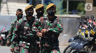 Tentara berjaga di area Polda Metro Jaya, Selasa (1/12/2020). Muhamad Rizieq Shihab bersama menantunya Hanif Alatas dipanggil penyidik Polda Metro Jaya untuk diperiksa sebagai saksi dalam kasus kerumunan di Petamburan. (Liputan6.com/Herman Zakharia)