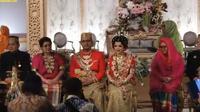 Pernikahan cucu Soeharto dalam balutan busana Bugis. (dok. tangkapan layar Youtube Cendana Tv/https://www.youtube.com/watch?v=Y6OqjwKLXVc&feature=youtu.be/Tri Ayu Lutfiani)