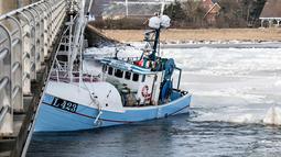 Kapal nelayan saat menabrak Jembatan Anggersudn di perairan dingin di Limfjord di bagian utara Jutland di Denmark (28/2). (AFP Photo/Scanpic Denmark/Henning Bagger)