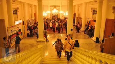 Warga Jakarta saat menikmati wisata Balaikota di Jakarta, Sabtu (7/5). Pemerintah Provinsi DKI Jakarta sengaja mengadakan acara yang bertajuk Wisata Balaikota ini. (Liputan6.com/Gempur M Surya)